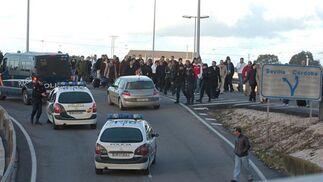 Los agentes intentan normalizar la situación ante la impotencia de los afectados.  Foto: Manuel Gomez