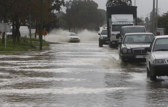 La lluvia, el viento y el granizo han sido las protagonistas de la jornada. Numerosas calles se han visto anegadas por el agua.  Foto: J. C. Toro