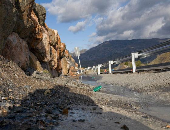 La señalización vertical también se ha visto afectada por el corrimiento de tierras.  Foto: Salvador Rodriguez