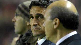 Jiménes y Del Nido, entrenador y presidente del Sevilla, minutos antes del comienzo del choque.  Foto: Manuel Gómez