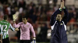 Oliveira saluda a su afición. No ha podido tener mejor estreno en su retorno a Sevilla...  Foto: Antonio Pizarro