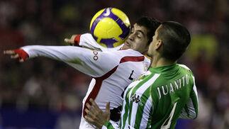 Acosta controla el balón ante el acoso de Juanito.  Foto: Antonio Pizarro