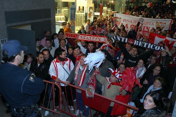 Aficionados del Sevilla aguardan la llegada de sus judadores.  Foto: Manuel Gómez