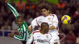 Aurelio, Mosquera y Escudé se disputan un balón aéreo.  Foto: Manuel Gómez