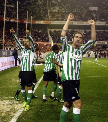 Los jugadores del Betis saludan a los suyos tras finalizar el encuentro.  Foto: Antonio Pizarro