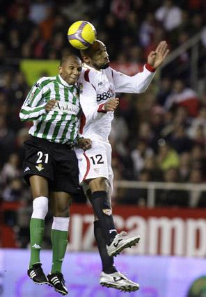 Duelo de titanes: Aurelio y Kanoute  Foto: Antonio Pizarro