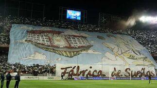 """""""Fábrica de sueños"""", lema del impresionante tifo del gol norte sevillista  Foto: Antonio Pizarro"""