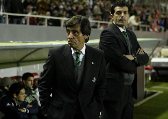 El entrenador bético Francisco Chaparro, minutos antes del comienzo del partido.  Foto: Antonio Pizarro
