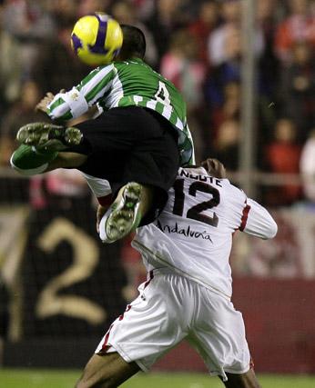 Juanito vuela sobre la espalda del sevillista Kanoute, a la postre, autor del único tanto sevillista.  Foto: Antonio Pizarro