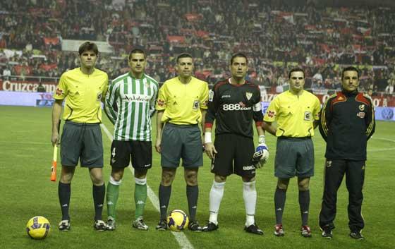 Foto para la prensa de los árbitros y los capitanes del Betis (Juanito) y el Sevilla (Palop).  Foto: Antonio Pizarro