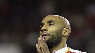 Kanoute clama desesperado ante las ocasiones erradas.  Foto: Antonio Pizarro