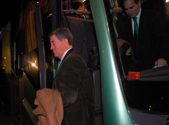Llega el autobús del Betis, con Pepe León a la cabeza.  Foto: Manuel Gómez