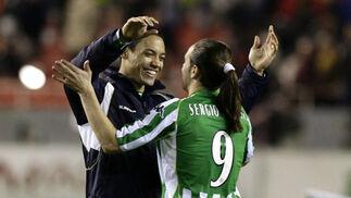 Oliveira y Sergio García (antaño delantera del Real Zaragoza), felices tras el triunfo de su equipo gracias a sus goles.  Foto: Antonio Pizarro