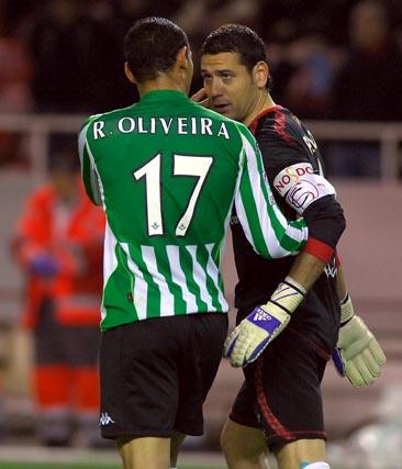 Oliveira y Palop, charla propia de cualquier partido.  Foto: Manuel Gómez