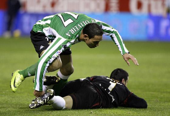 Oliveira salta sobre Palop, ya en el suelo.  Foto: Antonio Pizarro