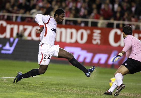 Romaric yerra con estrépito ante Ricardo.  Foto: Antonio Pizarro