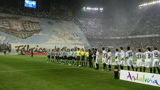 Saludos iniciales entre equipos y trío arbitral.  Foto: Antonio Pizarro