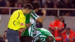 El brasieño Oliveira tendido sobre el terreno de juego tras una falta.  Foto: Manuel Gómez