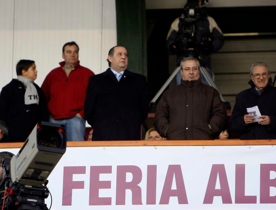 Joaquín Bilbao, en el palco del Carlos Belmonte junto al presidente del Albacete y Rafael Verdú.  Foto: lof