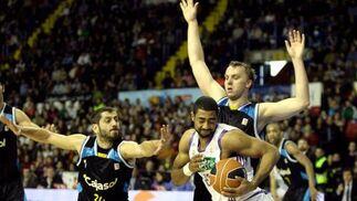 Massey mantiene el balón a pesar de los impedimentos de Milisavljevic y Savanovic.  Foto: Antonio Pizarro