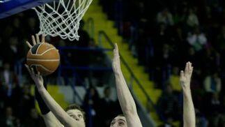 Savanovic e Ignerski impiden la entrada del balón de Hervelle.  Foto: Antonio Pizarro