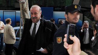 El seleccionador Vicente del Bosque es custodiadio por la Policía a su llegada a la capital hispalense.  Foto: Juan Carlos Vazquez