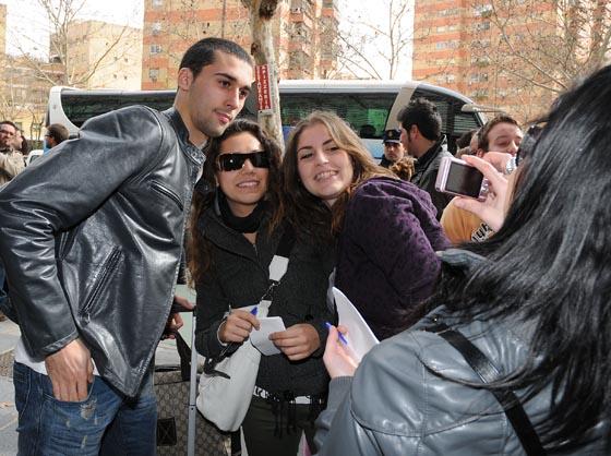 Los jugadores de la selección fueron abordados a su llegada por decenas de aficionados que reclamaban una foto para el recuerdo.  Foto: Juan Carlos Vazquez