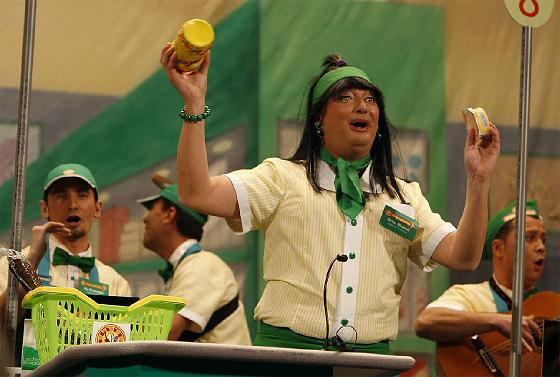 El Sheriff, como cajera del supermercado ´Mercafalla´.  Foto: Jose Braza
