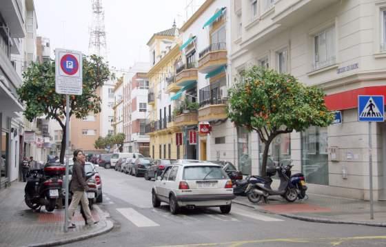 Calle Virgen de Regla, donde se renovará la red de abastecimiento y saneamiento de Emasesa meses antes al inicio de las obras en Asunción.  Foto: Belén Vargas