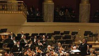 Halffter dirige a la orquesta con la compañía de Los Romeros.  Foto: Robert Newald
