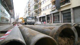 Los tubos para el alcantarillado son los protagonistas de la calle Niebla.  Foto: Belén Vargas