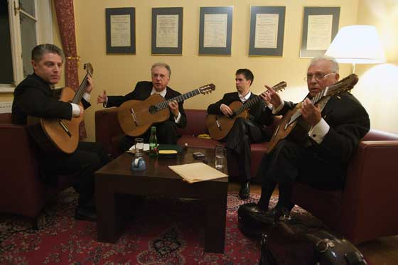 El cuarteto Los Romeros afina antes de salir a escena.  Foto: Robert Newald