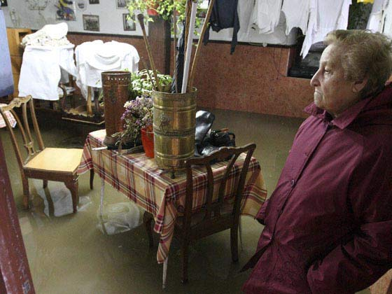 Una vecina de Ergobia, en el municipio guipuzcoano de Astigarraga, permance en su casa inundada tras las fuertes lluvias.  Foto: EFE