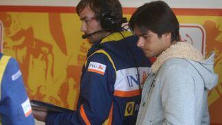 El compañero de Fernando Alonso, Nelsinho Piquet no corrió la jornada del viernes pero sí siguió el desarrollo de los ensayos.  Foto: J. C. Toro