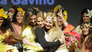 La diseñadora Aurora Gaviño despidió el desfile en compañía de Alejandra Ortiz y Carla Goyanes.  Foto: M. Aranda
