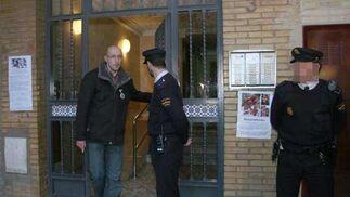 Javier Casanueva, tío de la joven, sale del portal para comparecer ante los medios. / Belén Vargas