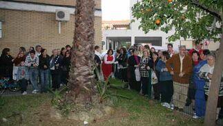 Los vecinos se agolpan en las cercanías del domicilio de la familia de Marta del Castillo. / Belén Vargas