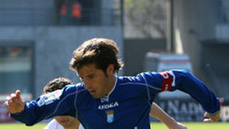 Jesús Mendoza corre la banda presionado por un jugador charro.  Foto: Juan Carlos Toro
