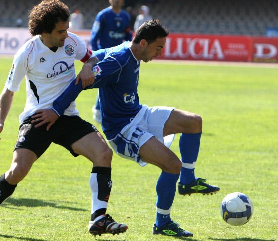 Momo controla la pelota ante la presión de un jugador del Salamanca.  Foto: Juan Carlos Toro