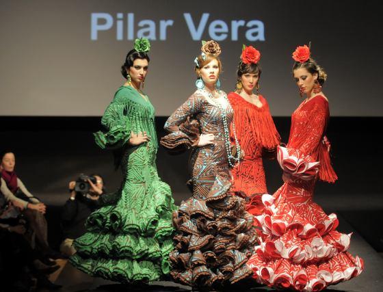 Los encajes y drapeados vistieron incluso los volantes de la veterana Pilar Vera.  Foto: Manuel Aranda