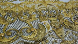 Detalle de los bordados de las bambalinas del palio de Madre de Dios de la Misericordia.  Foto: J. M.