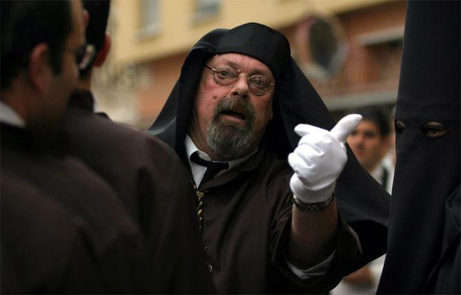 El capataz del Dulce Nombre da órdenes a los hombres de trono.  Foto: Victoriano Moreno