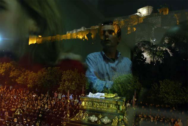 El Santo Sepulcro, en calle Alcazabilla iluminada por la majestuosidad de La Alcazaba y el silencio.   Foto: Victoriano Moreno