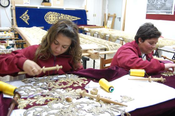 Trabajos de restauración de la túnica del Siglo XVIII de Jesús del Prendimiento.  Foto: J. M.