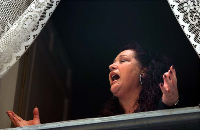 Una mujer dedica una saeta a la cofradía de Salutación  Foto: Victoriano Moreno