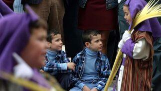 Dos hermanos mellizos ven como uno de los hermanos más pequeños de La Pollinica les hace burlas.   Foto: Sergio Camacho