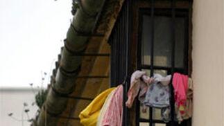 Una pequeña se asoma a su balcón del barrio de Capuchinos.   Foto: Victoriano Moreno