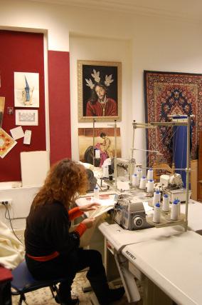 En esta sala es dónde se confeccionan, entre otras cosas, túnicas.  Foto: J. M.