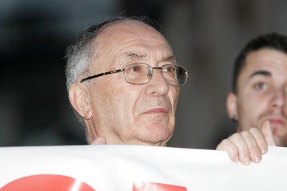 El abuelo de la joven, José Antonio Casanueva, durante la manifestación.  Foto: Juan Carlos Vázquez / Alberto Morales
