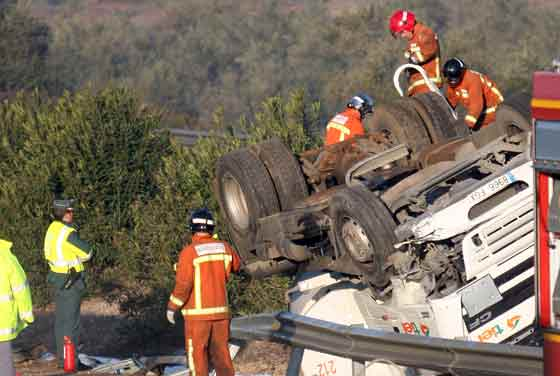 Un camión cisterna con gasolina vuelca en la mediana de la A-49 dirección Huelva  Foto: Josue Correa
